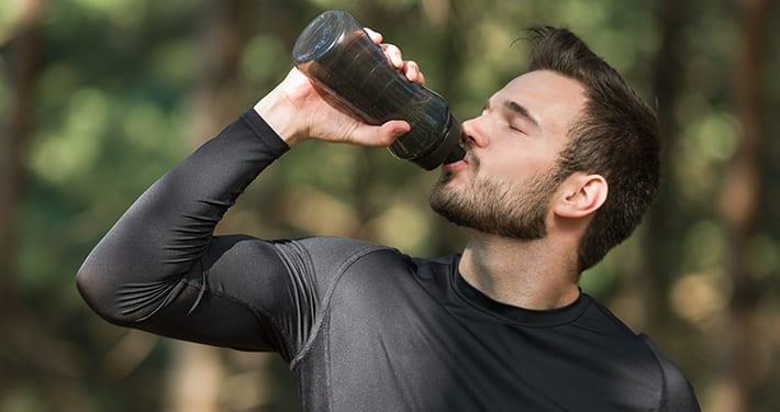 Drinkende man na sporten